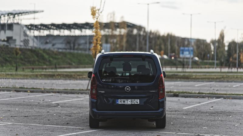Tovább a 4-esen látótávolságban a hosszúberek-péteri vasútállomástól szénnel alaposan túlpakolt IFA teherautó vezetőfülkéjében négyen ülnek.